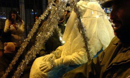 Santa Lucia per le strade di Salò tra una folla di bambini