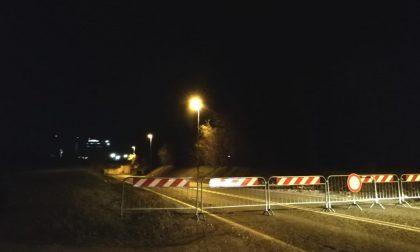 Camion urta il sottopasso, strada Borgosatollo chiusa al traffico
