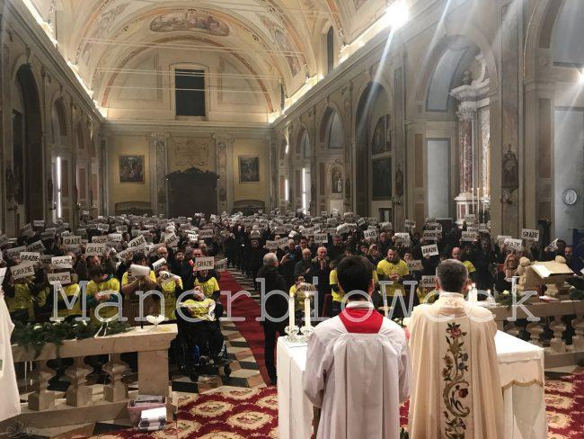 Alfianello la comunità mentre ringrazia don Mauro Manuini