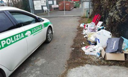 Abbandonano un bagagliaio di rifiuti, beccati dalla Locale FOTO