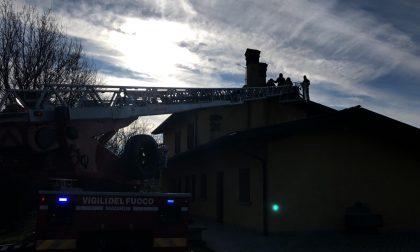 A fuoco il tetto di un'abitazione a Passirano