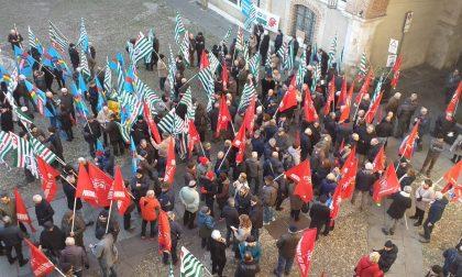 Grande mobilitazione al Broletto per il presidio contro la Manovra