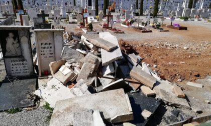 Resti di lapidi e scarti edili abbandonati al cimitero di Ghedi