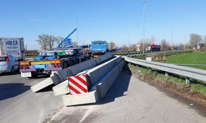 Camion perde il carico sulla provinciale 668