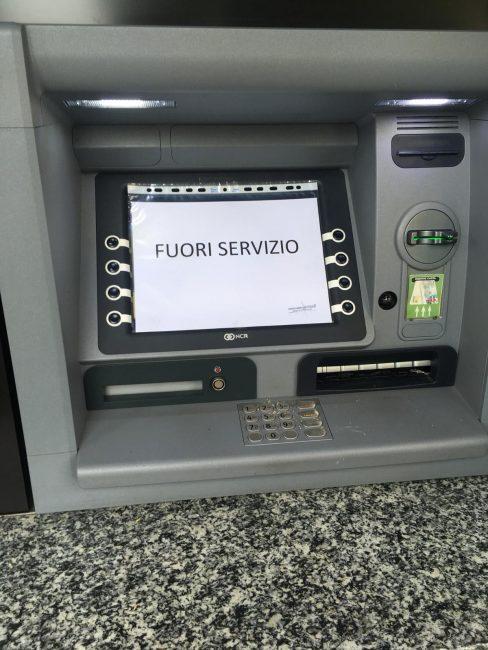 Danneggiano il bancomat a colpi di accetta
