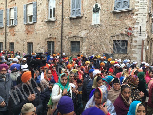 In duemila alla festa dei Sikh a Castiglione delle Stiviere, nel vie del paese duemila persone hanno sfilato con danze, musica e colore