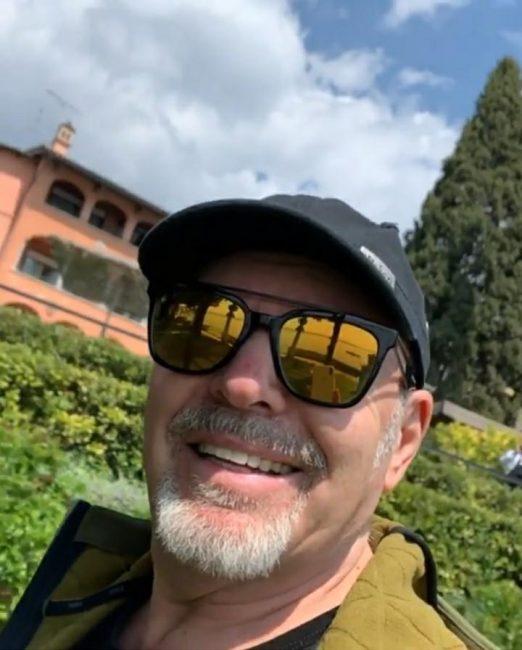 Vasco Rossi saluta i fan affacciandosi alla finestra VIDEO