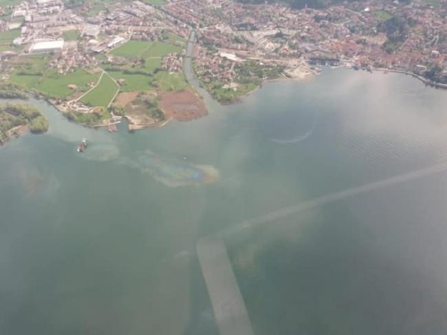 Allarme inquinamento: chiazze iridescenti nel lago d&#8217&#x3B;Iseo