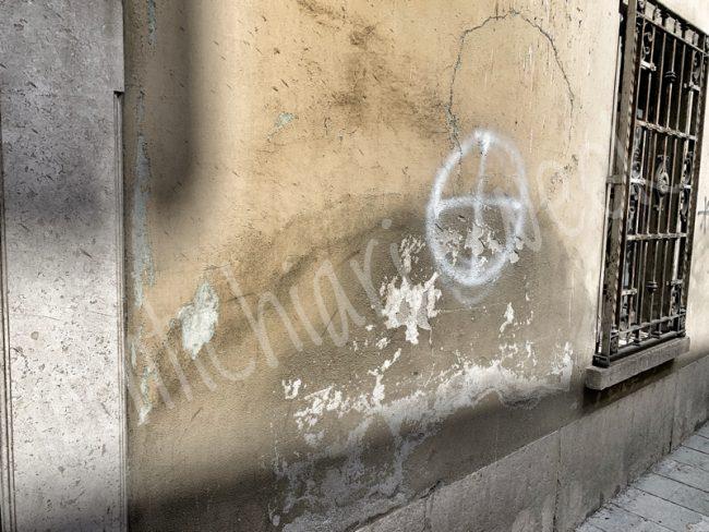 Scritte di estrema destra in centro a Castiglione, svastiche e croci celtiche in via Garibaldi, gli estremisti ancora in azione