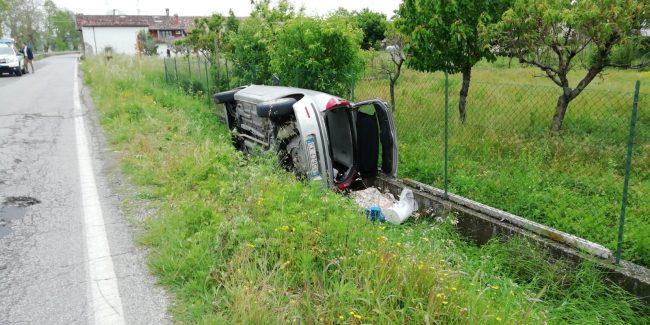 Auto fuori strada a Lonato, ventottenne in ospedale