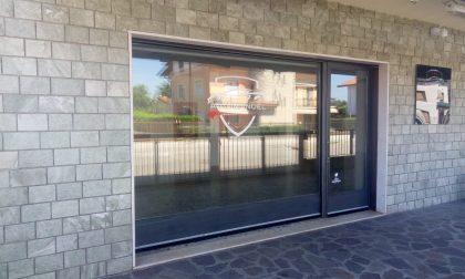 Mega truffa a Palazzolo: i clienti pagano le auto, ma il salone sparisce