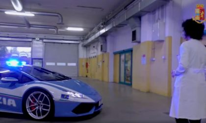 Trasporto organi da Bari a Pavia con una Lamborghini Huracan della Polizia VIDEO