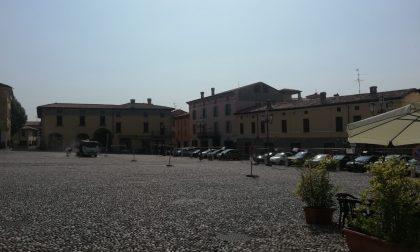 Via i parcheggi da piazza Cavour a Rovato