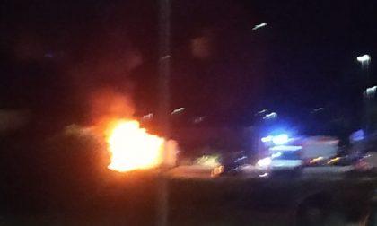 Furgone in fiamme nella notte a Provaglio