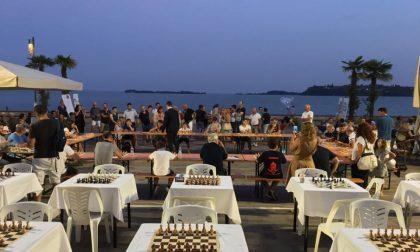 L'uno contro tutti di scacchi accende il lungolago di Gardone Riviera