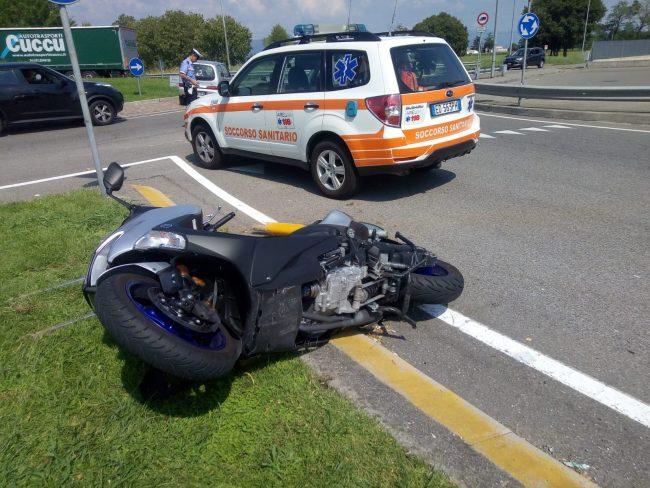 Grave schianto fra un'auto e una moto: elisoccorso a Rovato VIDEO
