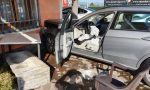 Con l'auto contro i tavolini della trattoria, sfiorata la tragedia