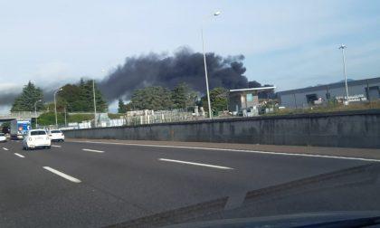 Nube di fumo visibile in autostrada: incendio a Costa di Mezzate