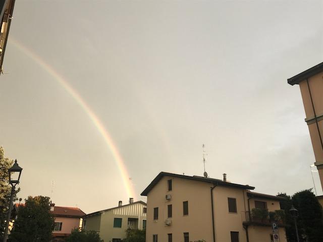 Chiari si colora con l'arcobaleno