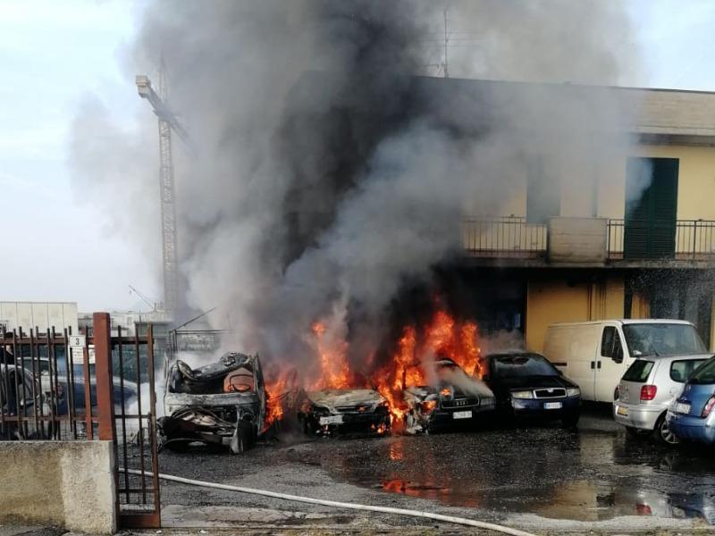 quattro auto in fiamme