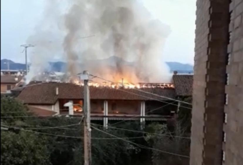 Incendio a Castrezzato, a fuoco una cascina VIDEO - Brescia Settegiorni
