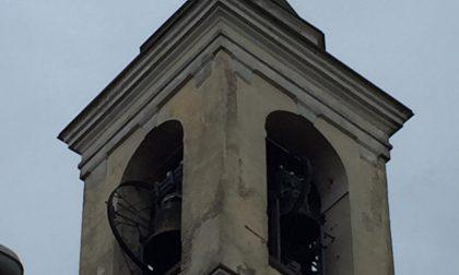 Forte vento a Villachiara, la croce del campanile è… appesa a un filo