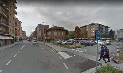 Rapina in casa a Brescia: gioielliere accoltellato, lama perfora il polmone