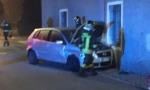 Provoca incidente e scappa, l'auto finisce contro il muro