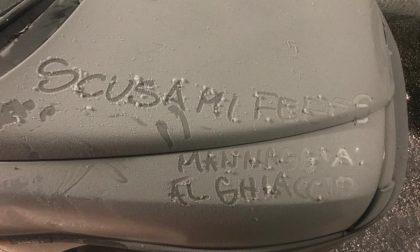 Distrugge un'auto, le scuse compaiono… sul cofano