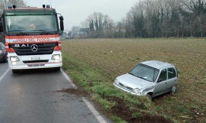 Auto nel fosso a Pontoglio: necessario l'intervento dei Vigili del fuoco
