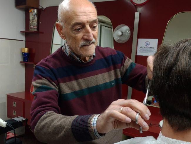Gino il barbiere ha attaccato le forbici al chiodo