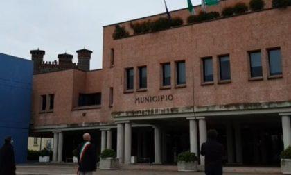 Montichiari, la bandiera dell'UE spostata da quelle dell'Italia, del Comune e della Regione Lombardia
