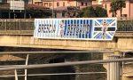 Brescia e Bergamo restano unite nel dolore: nuovo striscione sul ponte