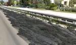 Desenzano, camion perde fanghi in tangenziale – VIDEO
