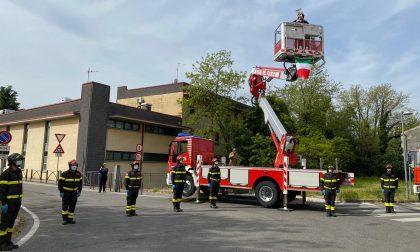 """Vigili del fuoco in prima linea: davanti all'ospedale di Chiari per dire """"grazie"""""""
