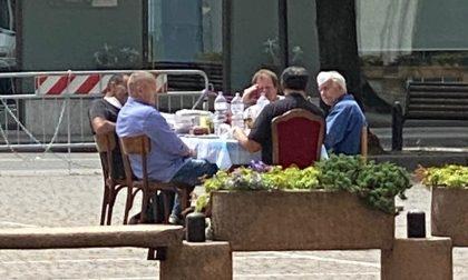 Don Gianluca a pranzo in piazza in barba a digiuno e virus: multato