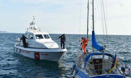 Barca a vela soccorsa dalla Guardia Costiera a San Felice del Benaco