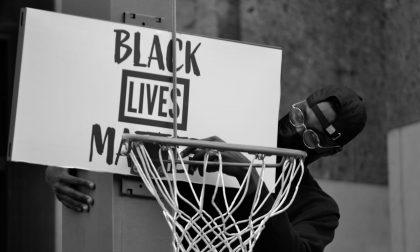 Un canestro con il razzismo in Piazza Vittoria