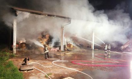 Incendio nella notte a Bagnolo, a fuoco 400 balle di fieno e 2 trattori
