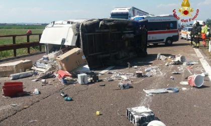 Si ribalta col furgone in A22: muore 37enne, due feriti