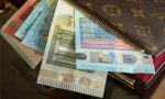 Trova una busta con 1.600 euro e la consegna alla Polizia Locale