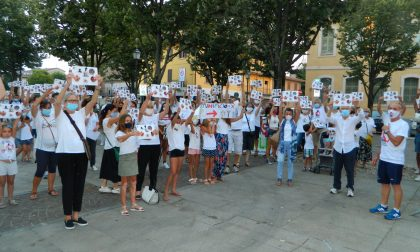 Un flash mob davanti al palazzo della Provincia per dire «No» al Bitumificio
