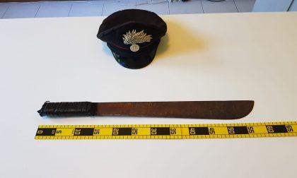 Aggredisce il vicino con un machete, arrestato dai carabinieri