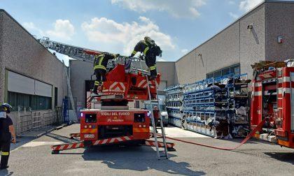 Incendio in falegnameria, in azione tre squadre dei Vigili del fuoco