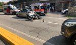 Rallenta per far attraversare i pedoni, la moto lo tampona: grave incidente a Clusane – VIDEO
