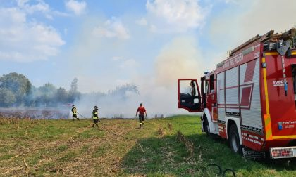 In fiamme un campo a Bassano Bresciano LE FOTO