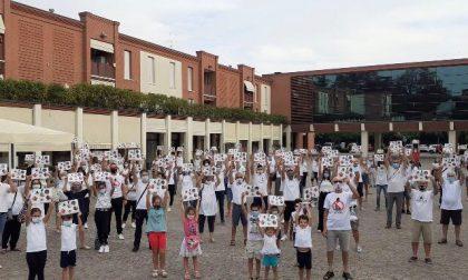 Flash mob contro il bitumificio: l'onda bianca è arrivata a Borgosatollo