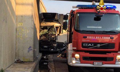 Esce di strada sulla SS434: 50enne bresciano muore schiacciato nella cabina del suo camion