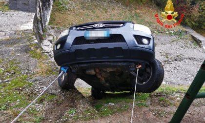 Auto in bilico sul greto di un torrente a Limone del Garda