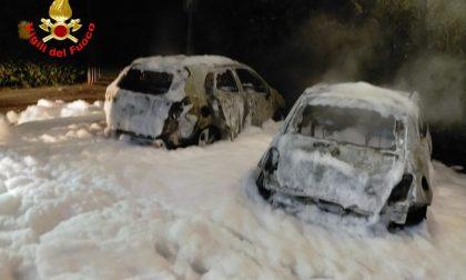 San Felice del Benaco, due auto divorate dalle fiamme